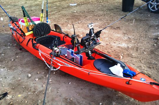 Kayak con equipación para pescar