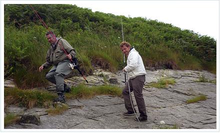 Pescadores accediendo al cantil