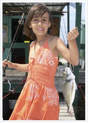 La pequeña Gemma con una de sus capturas