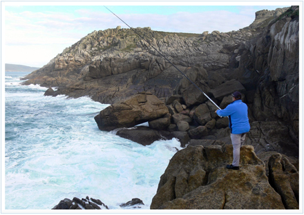 Pescador en acantilado