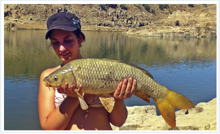 mujeres en la pesca deportiva. Irene López captura una carpa