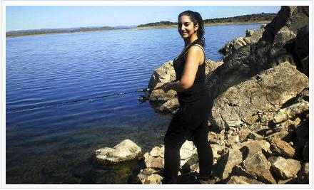 mujeres en la pesca deportiva. Irene López durante una de sus jornadas de pesca en Orellana.
