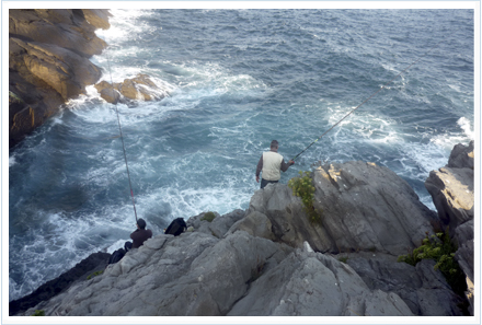 Pesca desde acantilado con cucharilla ondulante