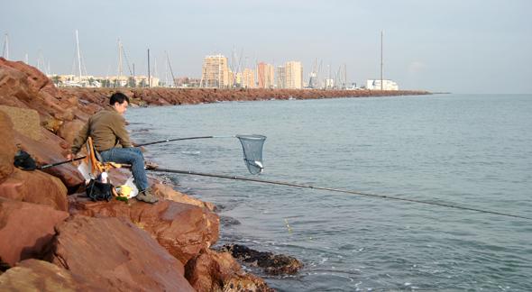 Carlos Montero pescando lisas a corcho