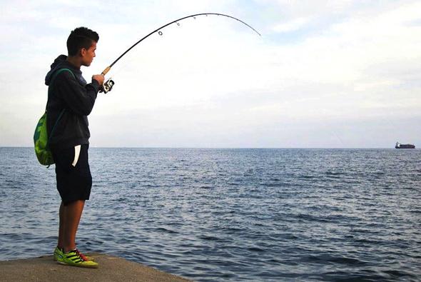 Marc Fernández peleando una bacoreta a spinning. Técnicas de pesca.