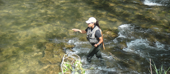 Estefanía Gómez realizando un lance en la pesca a mosca
