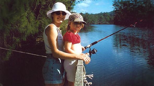 Madre pescando con su hija. Foto de Anna Tess: http://www.flickr.com/photos/annabh/1353350654/