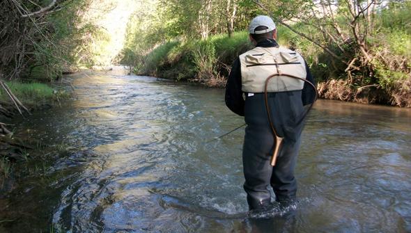 Josan Illescas practica la pesca en cotos intensivos de trucha.