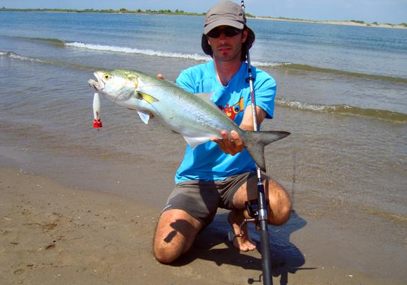 Toni Martínez, que posa con una anjova, nos cuenta cómo conseguir la foto de pesca perfecta.