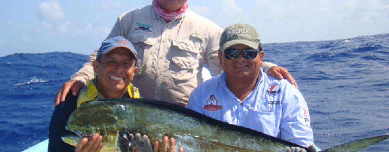 Historias de pescadores: cuando el sacerdote Roberto Valencia mordió el anzuelo