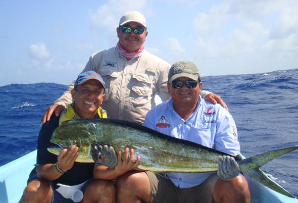 Historias de pescadores: Roberto Valencia con una de sus primeras capturas en México.