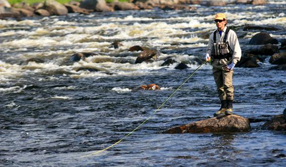 Pesca deportiva en Rusia, en uno de los ríos de Kola. Foto vía http://flywatertravel.com/destination/kolariver