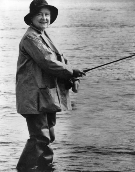 Famosos de pesca: reina Isabel II. Foto de http://www.gettyimages.co.uk/detail/news-photo/queen-elizabeth-the-queen-mother-fishing-in-new-zealand-news-photo/2635688