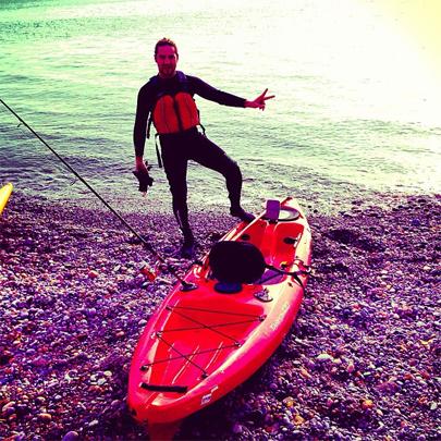 David Bisbal, defensor de la captura y suelta, con su kayak de pesca.