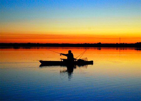 pesca con kayak amaneciendo