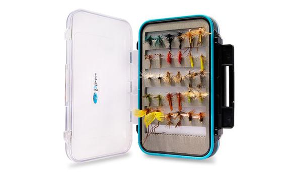 Caja estanca con una exclusiva selección de 30 moscas secas de la marca Dragon Tackle que se llevará el ganador de nuestro concurso de fotos de pesca.