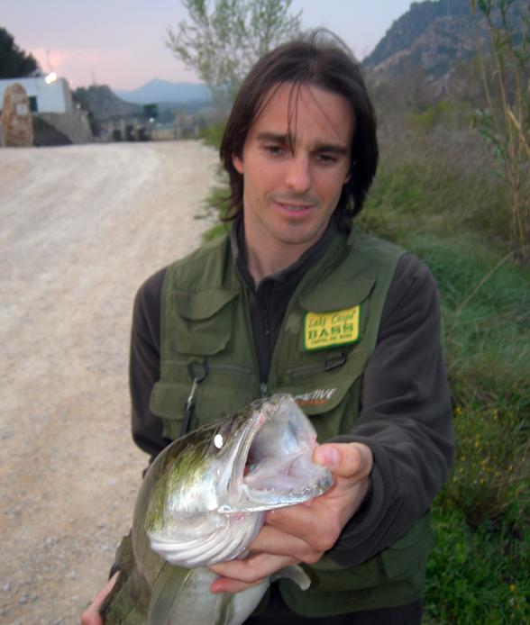 Salir a pescar en bici, una sana alternativa. Toni Martínez con una de sus capturas