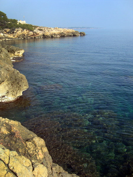 Lugar donde practicar rockfishing. Roquedo. Costa.