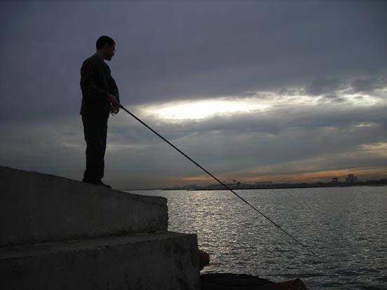 pescando lubinas a spinning nocturno
