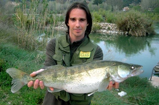 Pescando en el Embalse de Boadella
