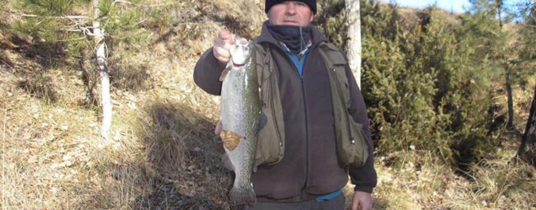 Pescando truchas con las cucharillas Asón de Mapso
