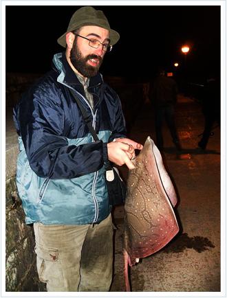 Juan Urrutia tras capturar una raya