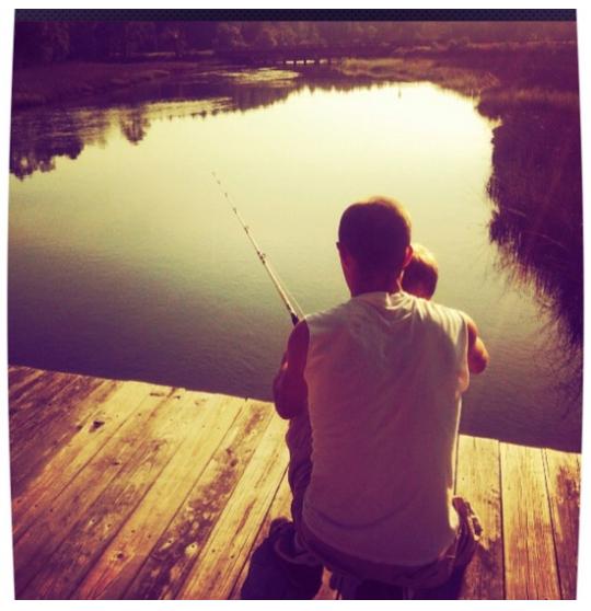 Padre e hijo pescando. Regalos del Día del Padre.