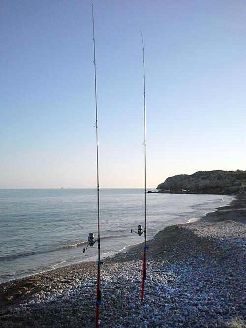 En algunas zonas de pesca a surfcasting en Cataluña es recomendable usar dos cañas.