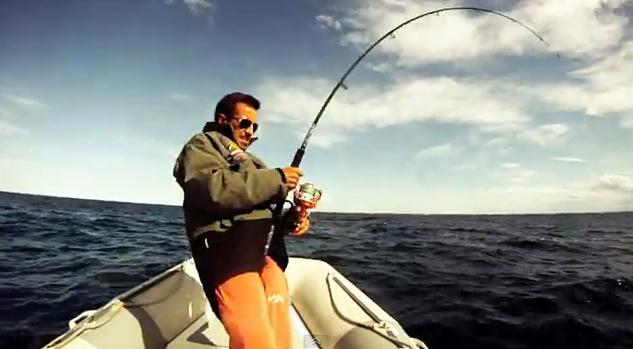 Fotograma del vídeo de pesca de Roberto Martínez tentando atunes.