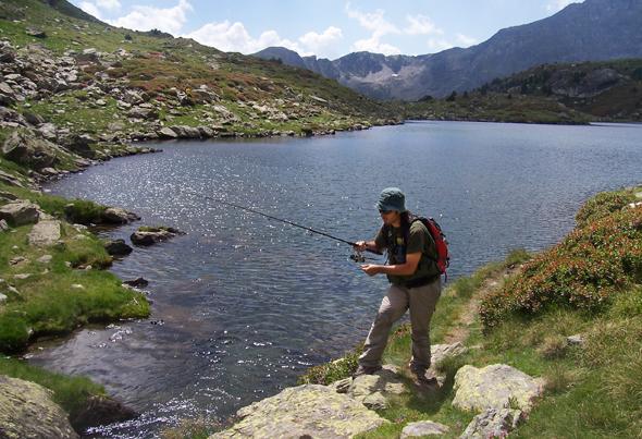 Toni Martínez practicando la pesca de la trucha en la frontera entre Andorra y Francia.