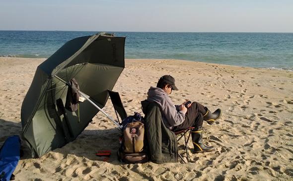 Aficionado haciendo uso de apps de pesca. Foto de jornadadepesca.com