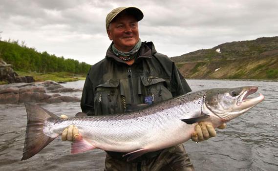Pesca deportiva en Rusia. Captura: salmón atlántico. Foto vía http://www.wherewisemenfish.com/Fly-fishing/freshwater-holidays/Russia-fishing-holidays