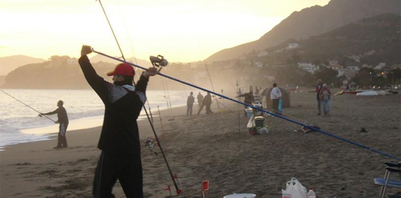 ¿Cómo colocar la mano en la caña de pesca de surfcasting?